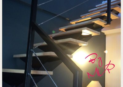 escalier métal-marche en bois, finition peinture noir mat